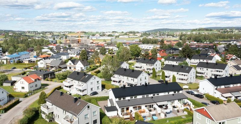 Det er kort vei til Sørum gård med gang- og sykkelvei, samt Åråsen fotballstadion hvor Lillestrøm spiller sine hjemmekamper. Ved Skedsmohallen finnes golfbane og drivingrange.