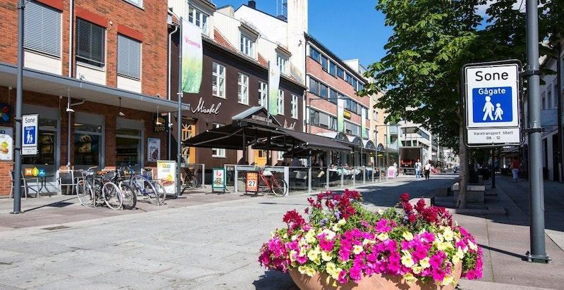 I Lillestrøms hovedgate finnes spisesteder, butikker, hoteller og utesteder i skjønn forening.