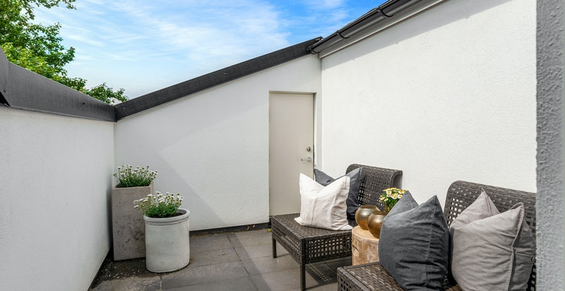 Fin terrasse med grønn utsikt og litt fjordutsikt vår, høst og vinter