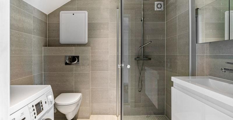 Flott flislagt dusj/bad/wc med opplegg vaskemaskin som medfølger