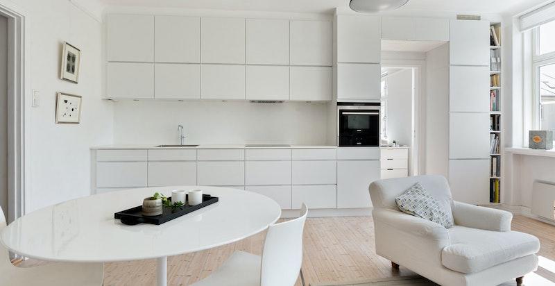 Delikat Kvik-kjøkken med integrerte hvitevarer og benkeplate i kompositt-sten