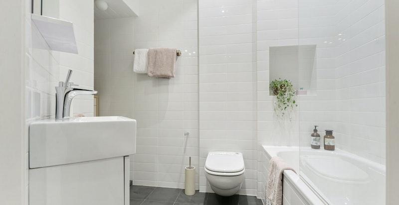 Nyere og pent bad med badekar og innebygde armaturer