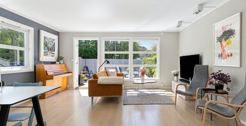 Lys, åpen stue med utgang til terrassen
