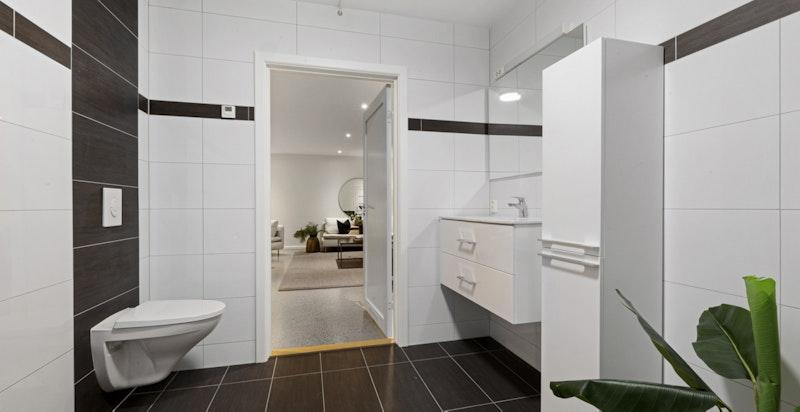 Bad i tilknytning rom som er innredet kjellerstue.