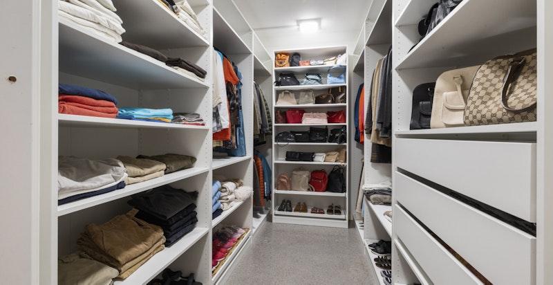 Walk-in closet i underetasje.