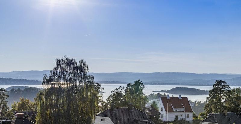 Nydelig fjordutsikt fra boligen sin takterrasse.