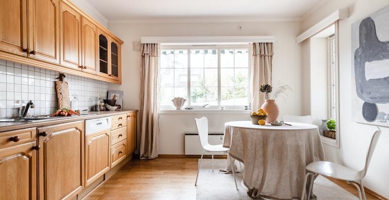 Stort spisekjøkken med plass til kjøkkenbord ved vinduet