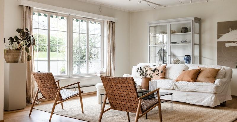God plass til stor sofagruppe med tilhørende møblement
