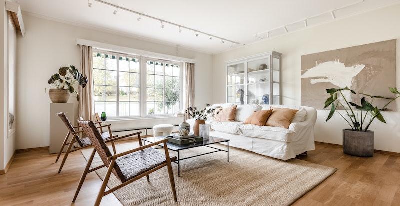 Det er god plass til sofagruppe, spisebord og oppbevaringsmøbler i stuen