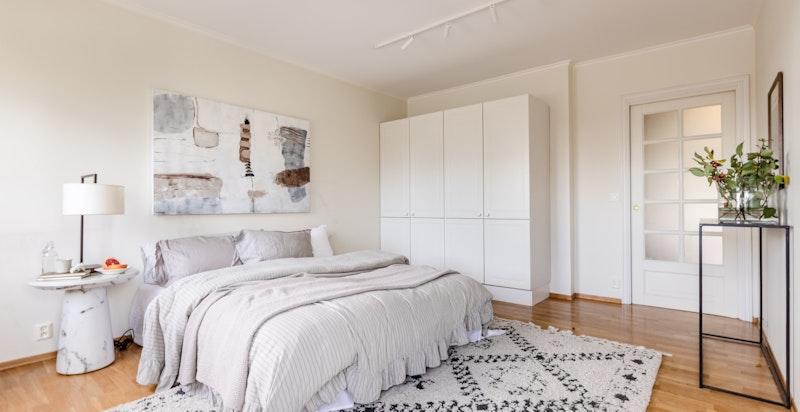 God plass til dobbeltseng og garderobe på begge soverommene