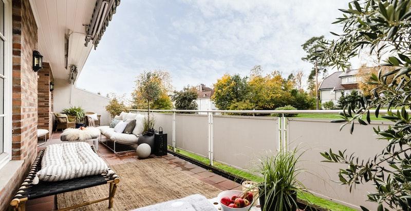 Stor, vestvendt terrasse på 35 kvm  med god plass til flere sittegrupper