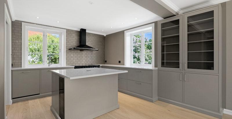 Kjøkkenet har en praktisk og moderne kjøkkenøy