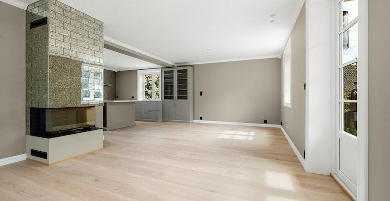 Pent flislagt moderne peis i stue