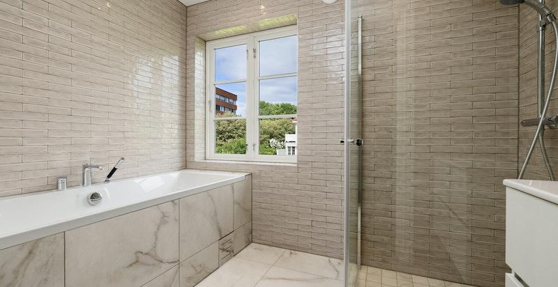 Delikat og pent flislagt bad i 2. etg. med både badekar og dusj