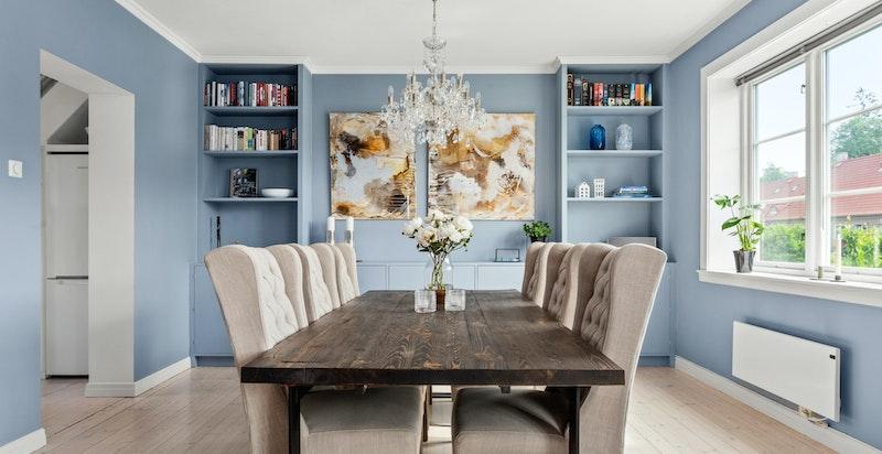 Rommet deles naturlig inn i ulike soner, med god plass til sofaseksjon og spisebord i tilknytning kjøkkenet.