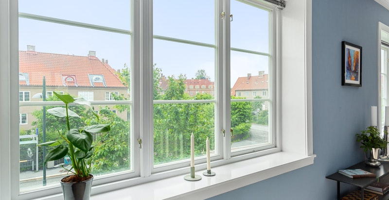 Fra stuevinduet har du vakkert utsyn over nabolaget og nærområdet.