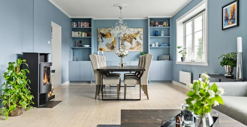 Peisovnen i stuen er fint plassert mellom tv-stuen og spisestuen, og er både et fint element til rommet samtidig som den varmer godt på kalde dager.