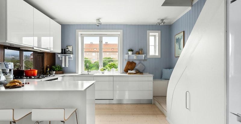 Kjøkkeninnredningen er fra JKE Design med en tidløs og fin innredning.
