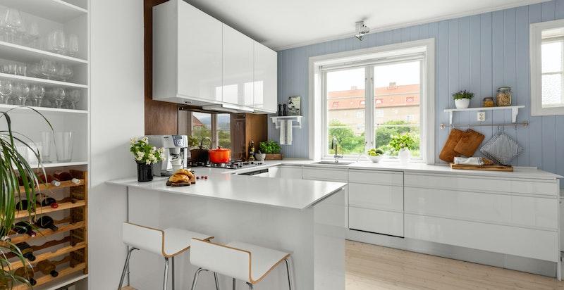 Kjøkkenet er romslig og praktisk utformet med barløsning for de enklere måltid. Viderere er kjøkkenet utstyrt med blant annet integrert komfyr, gass platetopp og oppvaskmaskin.