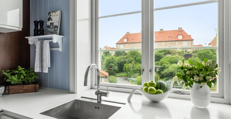 Fra kjøkkenvinduer har du fantastisk utsikt mot egen hage.