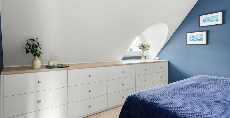 Hovedsoveommet er av god størrelse med plass til dobbeltseng og rikelig med oppbevaringsplass.
