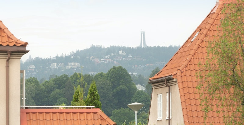 Fra hjemmekontoret har du fantastsik utsikt mot Holmenkollen.