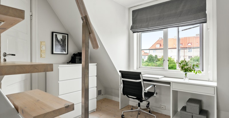 I dag er deler av etasjen innredet til en praktisk kontorløsning - perfekt for hjemmekontor.
