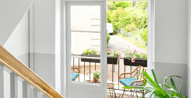 Fra felles trappegang har boligen tilgang til hyggelig balkong.