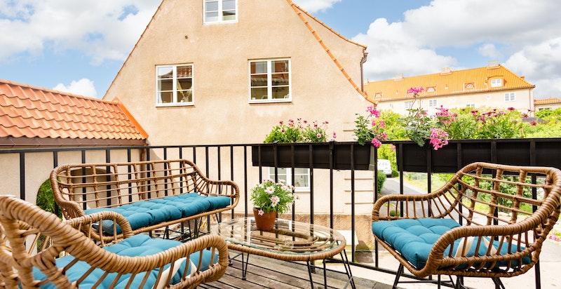 Balkongen har gode solforhold og hyggelig utsyn med plass til diverse utemøblement.