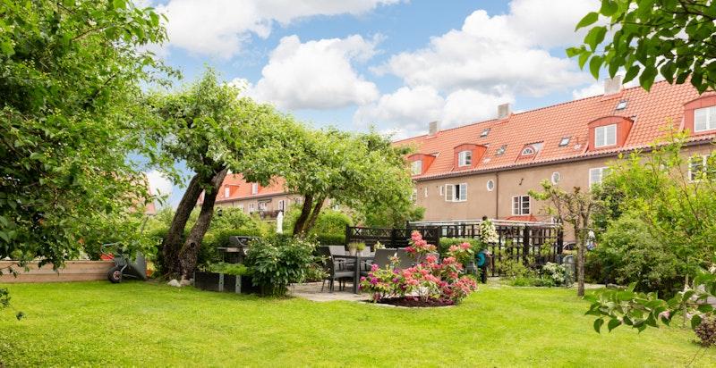 Velkommen til Sognsveien 46 - en sjarmerende og klassisk leilighet over to plan og hems i vakre og grønne omgivelser i Ullevål Hageby.