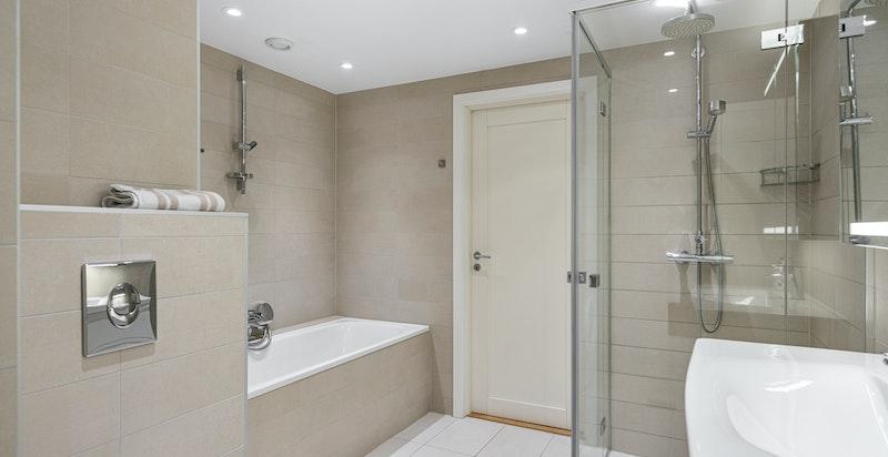 Leiligheten har et stort, meget delikat og innbydende bad og et pent separat toalettrom