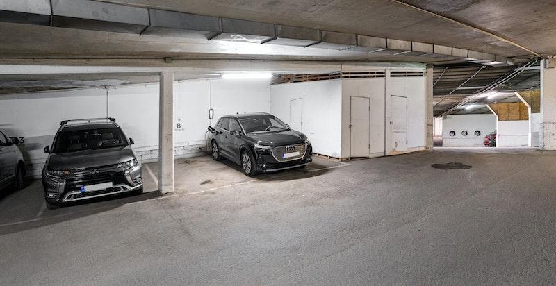 Det medfølger 1 stk garasjeplass med ladekontakt for elbil i underjordisk garasjeanlegg (16 amp sikring)