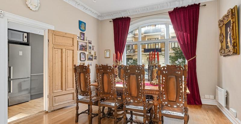 Spisestue med god plass til stort bord.