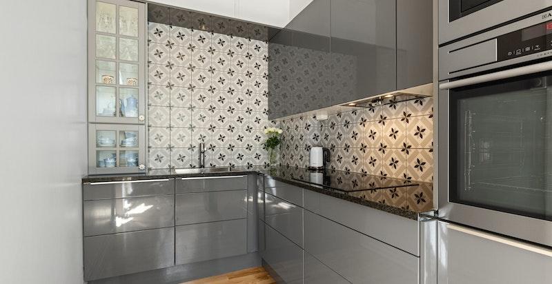 Godt utstyrt kjøkken med integrert oppvaskmaskin, kaffemaskin, stekeovn, induksjonstopp, samt kombi kjøle-/fryseskap.