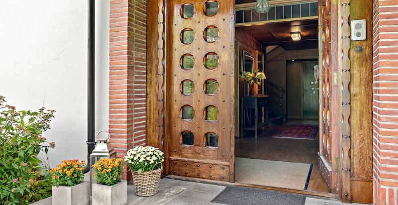 Inngangen til den flotte villaen med vakker dør