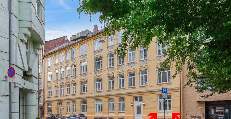 Leiligheten ligger i høy 1.etasje i en stille og rolig sidegate til Bogstadveien