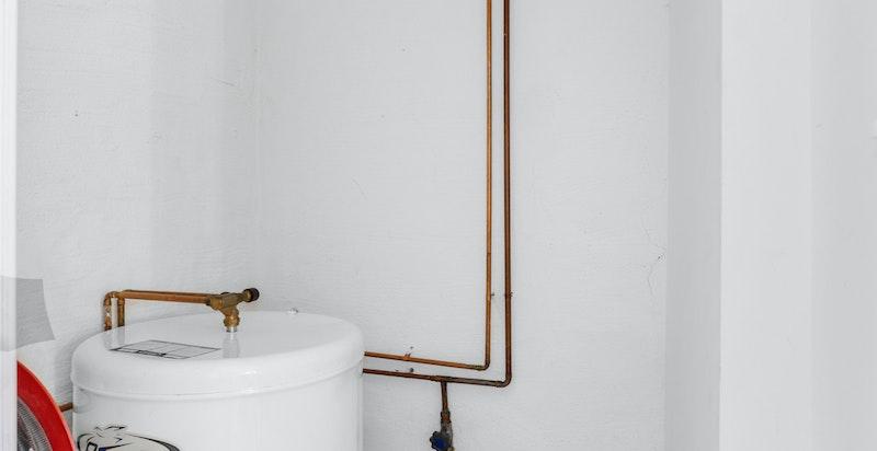 Innvendig bod med varmtvannsbereder. Rommet kan evt integreres i leilighet. (Det medfølger kjellerbod på 3 kvm)