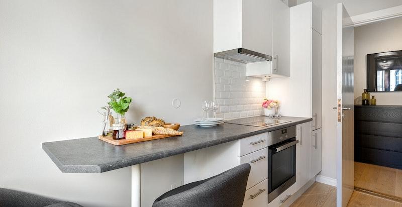 Praktisk spiseplass på enden av kjøkkenbenken