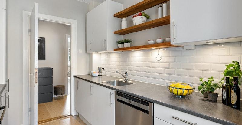 Kjøkkenet har mye skap og benkeplass