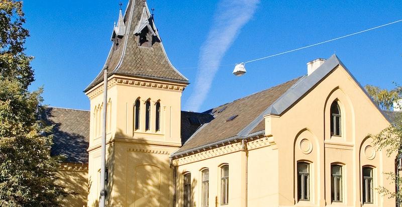 Den nydelige bebyggelsen til Oslo bispedømme ligger på den andre siden av gaten