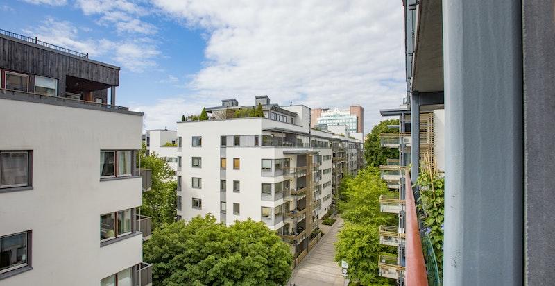 Hyggelig utsyn fra balkongen. Leiligheten ligger høyt i 5.etasje og vender mot stille og rolig gate