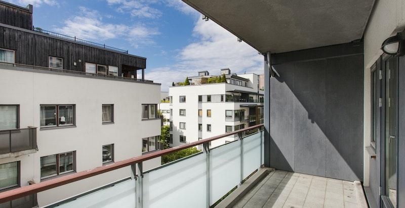 Stor og solrik balkong med utgang fra stue
