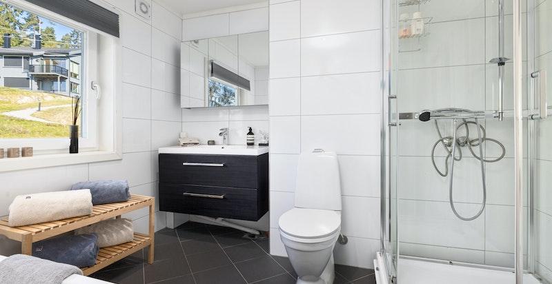 Stort og delikat baderom med badekar og dusjhjørne