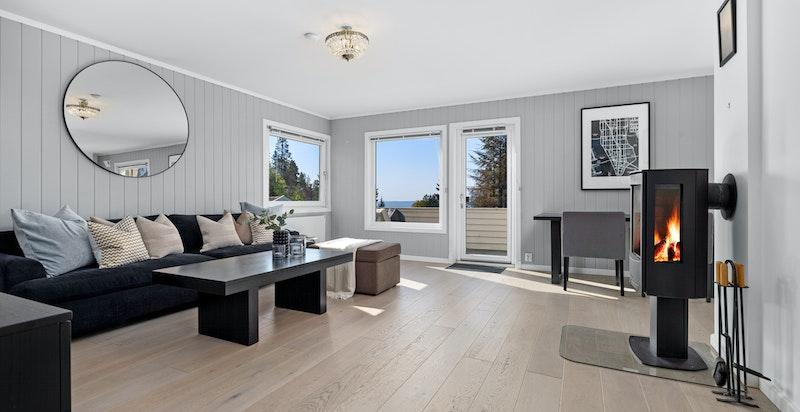 Flott stue med en-stavs eikeparkett, peis og herlig utsikt