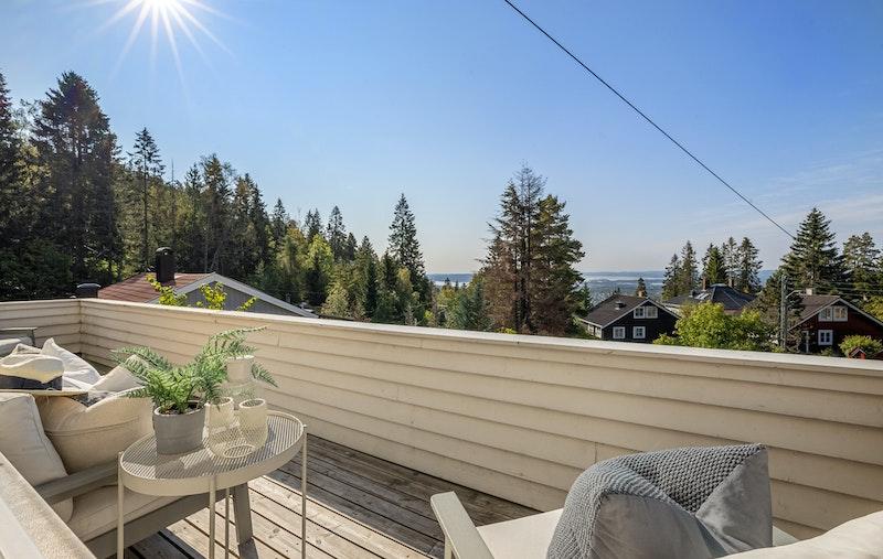 Solrik veranda på 13 kvm med utgang fra stue. Her er det fine utsiktsforhold.