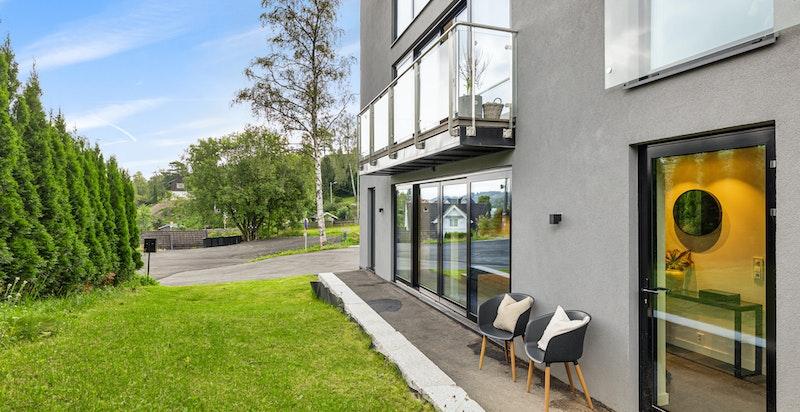Eget uteareal naturlig tilleggende foran boligen med liten hageflekk og asfaltert gangvei