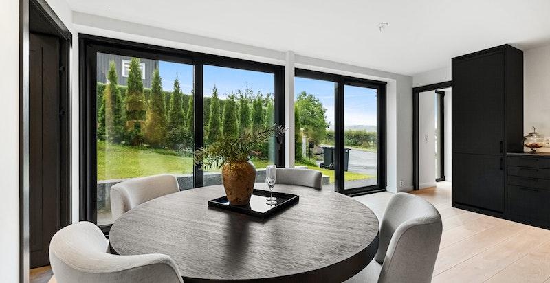 Spiseplass. Store vindusflater og skyvedører som kan åpnes