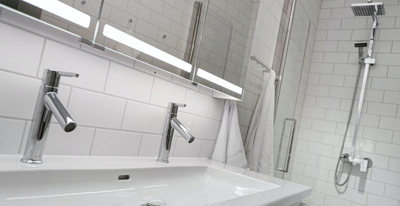 Badet ble modernisert av forrige eier  i 2016 og innredningen er satt inn av nåværende eier