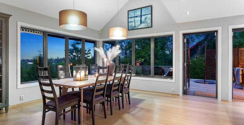 Spisestue med store vindusflater og utsikt