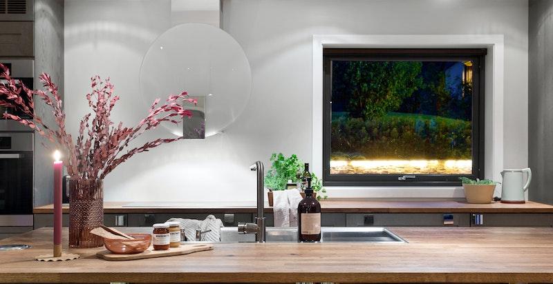 Lekkert kjøkken fra Huseby med skifergrå polerte fronter.